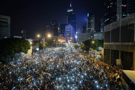 """Mobile Light"" vigil at Occupy Central the civil disobedience protest near Hong Kong's government headquarters :: September 29, 2014 (via Huffingtonpost.co.uk / image XAUME OLLEROS via Getty Images)"